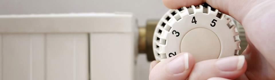 cv monteur in emmen draait aan knop